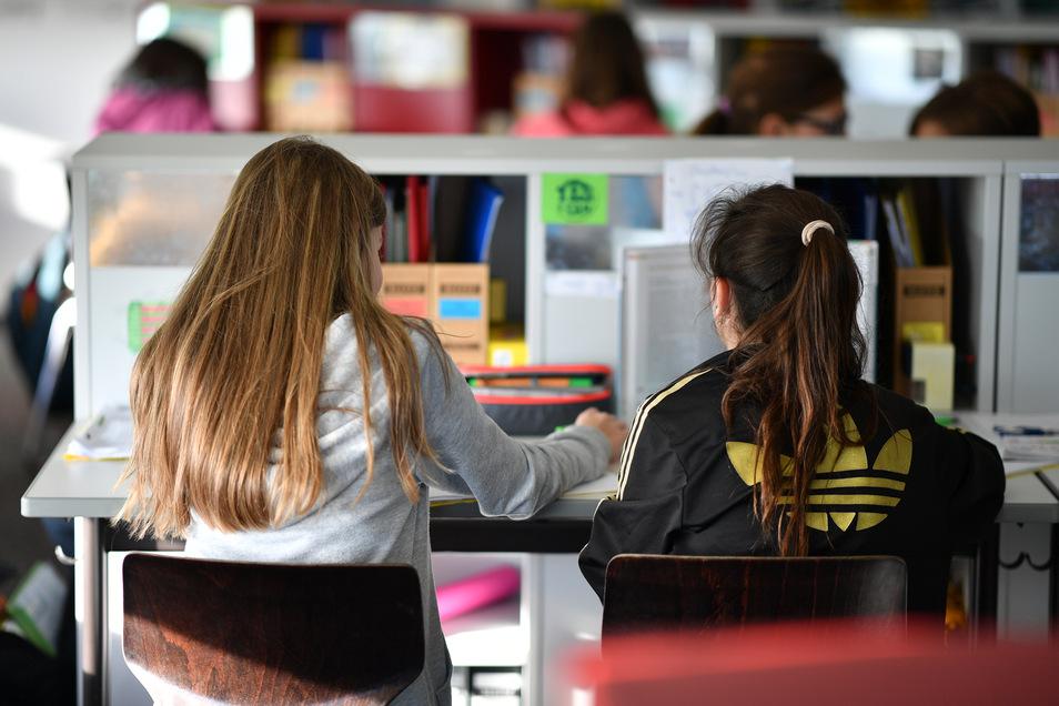 Eine Studie aus den USA hat gezeigt, dass ein späterer Schulbeginn bessere Leistungen und weniger Fehlzeiten nach sich zog.
