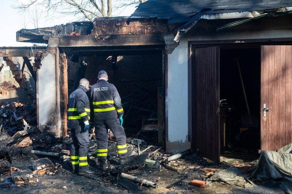 Nachdem der Brand gelöscht wurde, begannen Polizisten die Ermittlungen zur Brandursache.