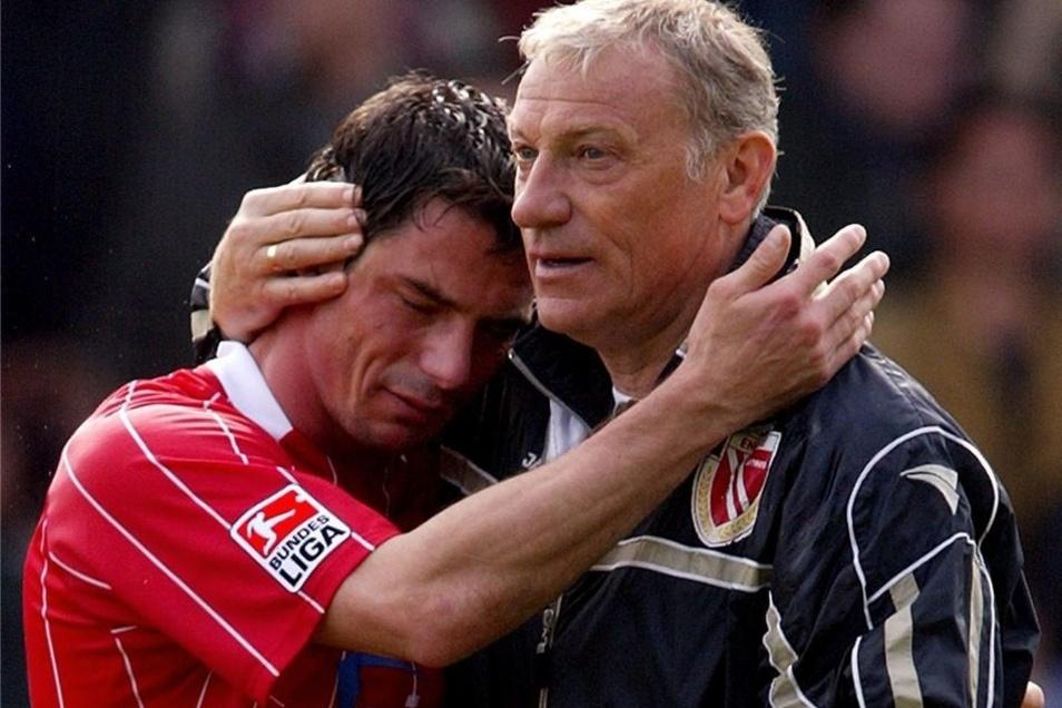 2004 verpassen Löw und Trainer Eduard Geyer mit Energie Cottbus am letzten Spieltag ganz knapp die Rückkehr in die Bundesliga.