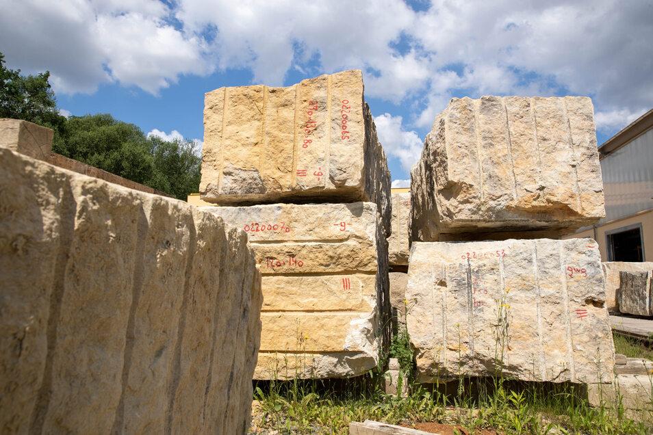 Das sind die Sandsteinblöcke, aus denen die neuen Gesimssteine für die Augustusbrücke hergestellt werden.
