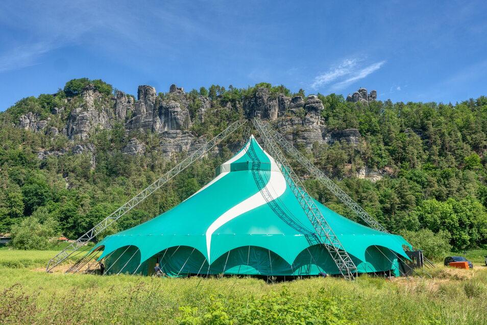 Die Felsenbühne Rathen wird saniert, daher dient das Zirkuszelt den Landesbühnen Sachsen jetzt als Interimsspielstätte.