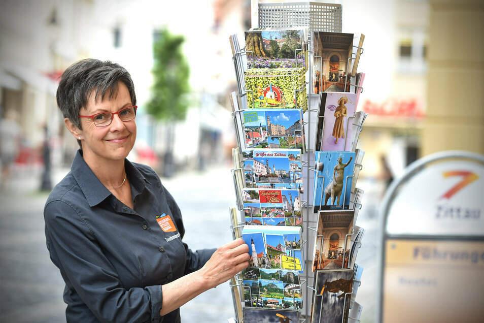 Sylvia Gulich, Leiterin des Tourismus-Zentrums in Zittau (hier auf einem Archivbild), und ihre Mannschaft können noch nicht wieder so arbeiten wie vor der Corona-Krise.