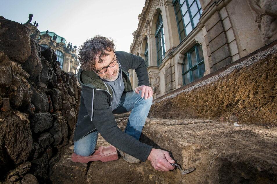 Archäologe Hartmut Olbrich untersucht diese 1,80 Meter breiten Sandsteinmauern im Untergrund. Er will jetzt herausfinden, ob sie vom Reithaus oder der alten Zwingergrotte. stammen.
