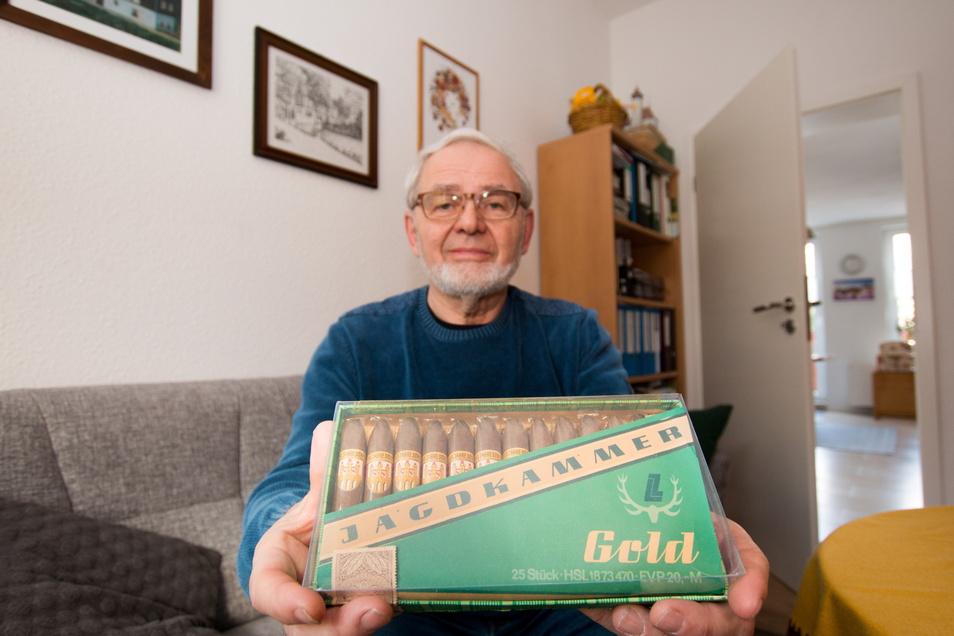 """Dieter Anders hat eine Packung """"Jagdkammer Gold"""" aufgehoben, die exklusiv für die 100-Jahr-Feier in Döbeln hergestellt wurde. Wenig später wurde die Zigarrenproduktion in Döbeln ganz eingestellt."""