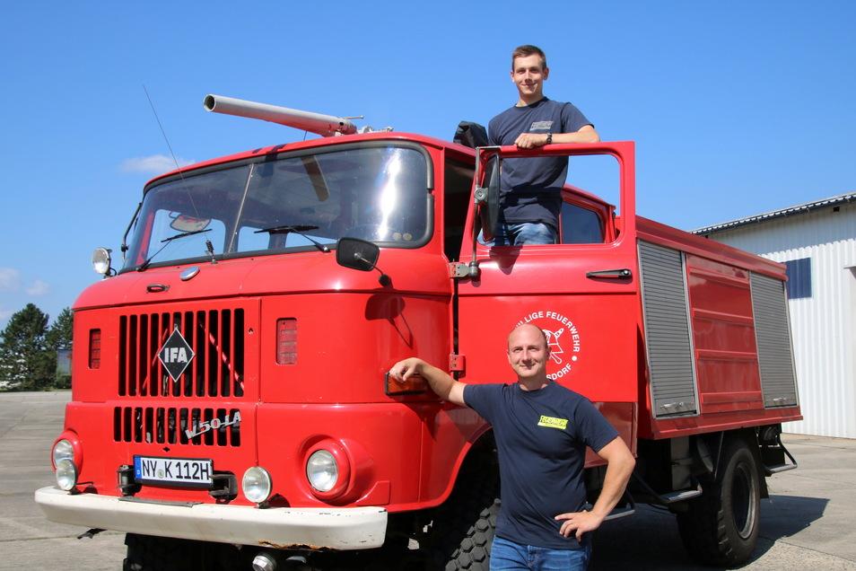 Pascal (oben) und Stefan Krone aus dem Nieskyer Ortsteil See haben sich privat einen Feuerwehr-Oldtimer zugelegt.