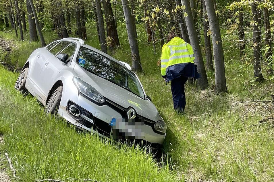 Der Renault kam in einem Graben zum Stehen.