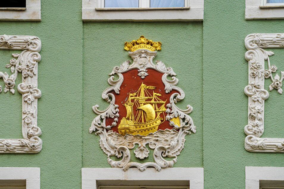 Das Schiff an der Fassade zur Reichenstraße weist auf den früheren Hausbesitz von Kaufleuten hin.