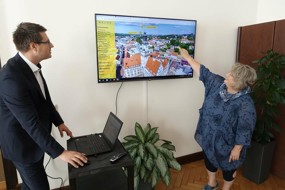Anette Grahl, die bei der Stadtverwaltung am 360-Grad-Projekt arbeitet, und Oberbürgermeister Sven Liebhauser präsentieren den Internetauftritt am Bildschirm.