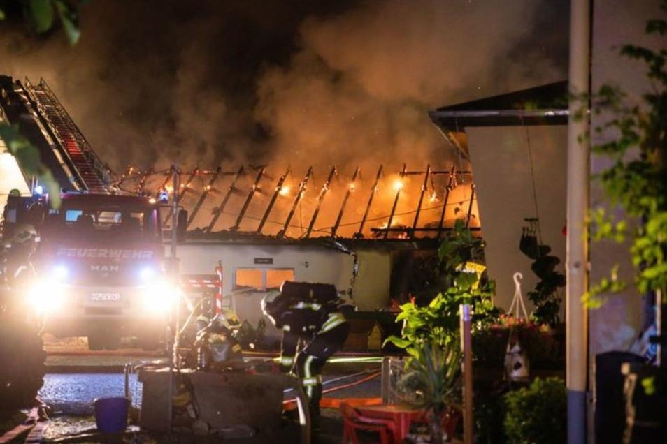 Beim Stallbrand in Brauna in der Nacht zu Montag waren 71 Feuerwehrleute mit 17 Fahrzeugen aus sieben Wehren im Einsatz. Das Löschwasser musste weitgehend über die Tanker bereitgestellt werden. Vor allem die neue Drehleiter der FFw Kamenz-Stadt wurde gebr