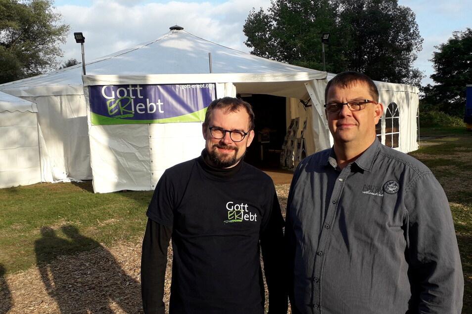 Zeltmeister Jens Ulbricht (links) und Michael Nahr (rechts) von der Landeskirchlichen Gemeinschaft Frauenhain laden zur Evangelisationswoche ein.