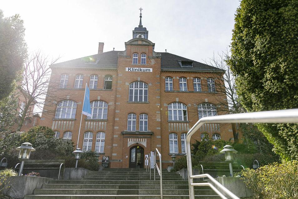 So schnell kann es gehen - jetzt noch alt, bald neu: Der Haupteingang des Städtischen Klinikums Görlitz.