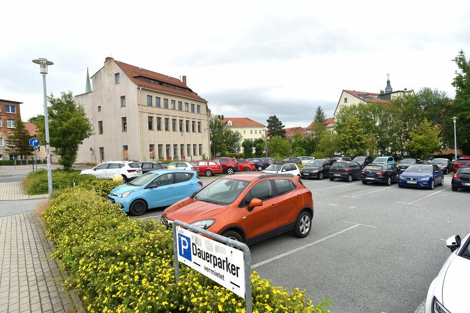 Die Parkflächen in der Hartmannstraße hat die Stadt per Vertrag Edeka zur Verfügung gestellt. Derzeit sucht das Rathaus nach Ersatzflächen für die Parkplatz-Nutzer.
