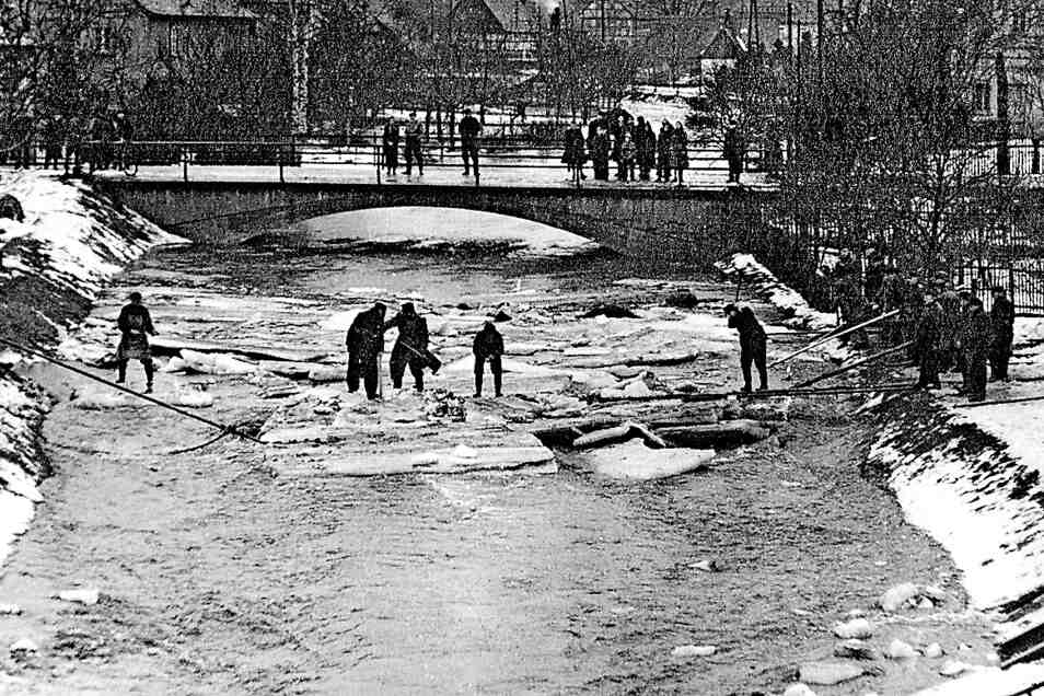 Im März 1956 versuchten Einsatzkräfte die treibenden Schollen unter Kontrolle zu bringen