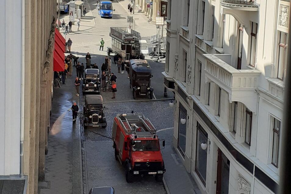 Die Feuerwehr Hagenwerder musste ran und Straßen und Fußwege am Kaufhaus nass machen.