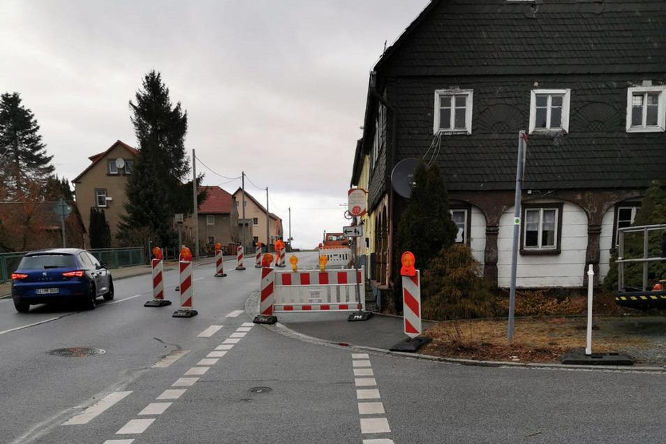 Warnbaken stehen derzeit den ehemaligen Raschaer Gasthof.
