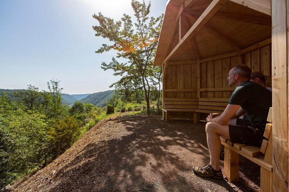 Der Ausblick auf Tharandt von der neuen Schutzhütte aus genießt Forstgartenchef Ulrich Pietzarka.