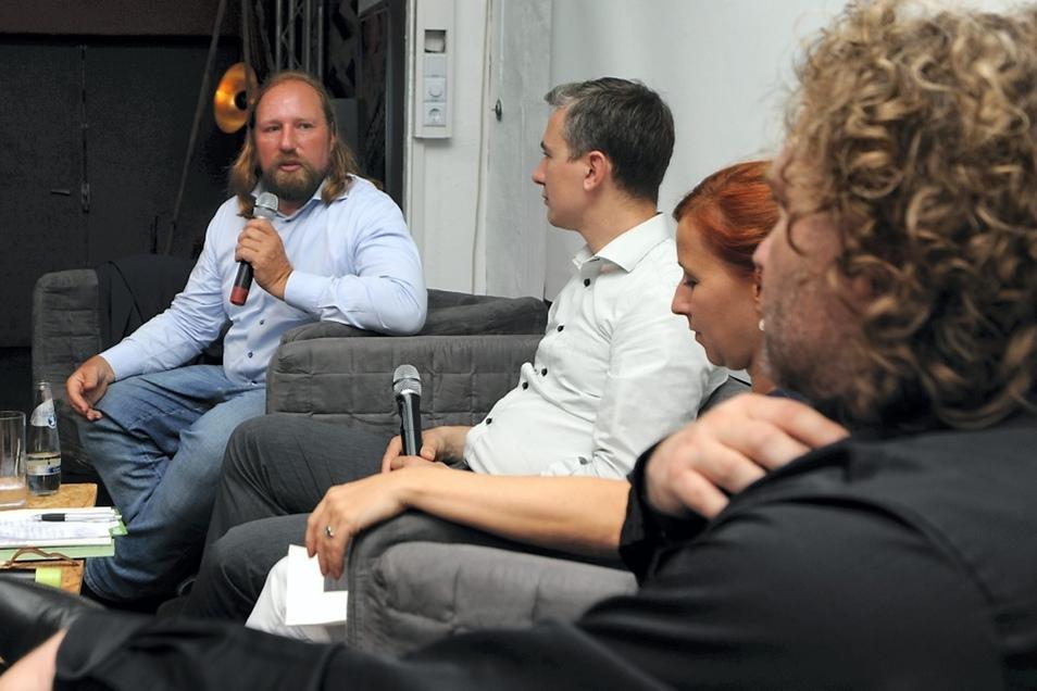 """Anton Hofreiter, Stephan Kühn, Franziska Schubert sowie der Torsten Pötzsch diskutierten in der Telux über """"mehr finanzielle Beinfreiheit"""" für Kommunen, um Lebensqualität sichern zu können."""