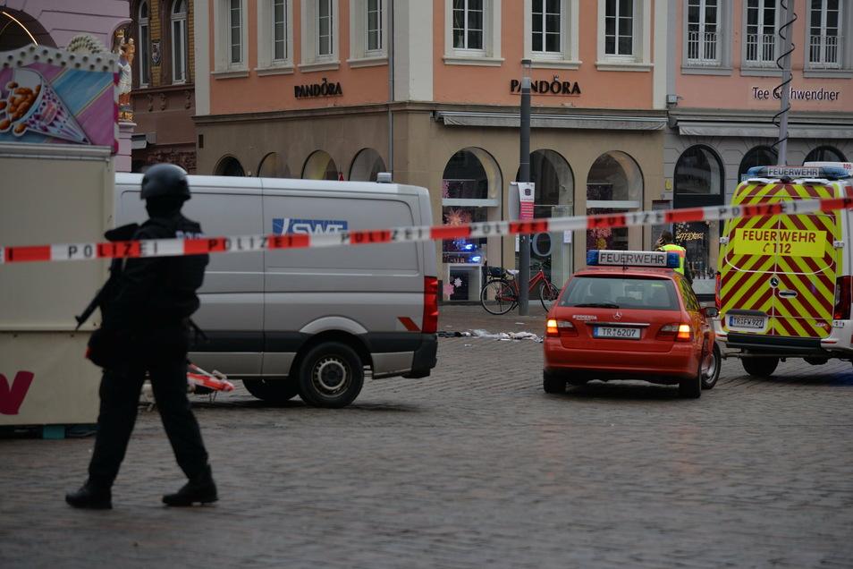 Bei der Amokfahrt eines 51-Jährigen in einem Geländewagen waren am Dienstag in der Trierer Fußgängerzone fünf Menschen getötet und zahlreiche Verletzt worden.