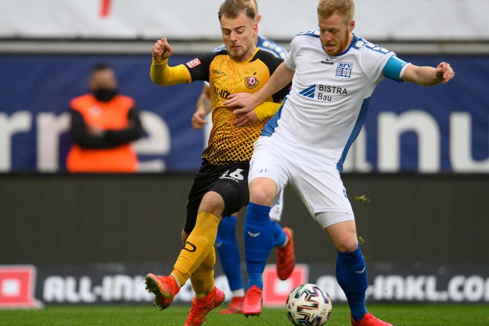 Dynamos Max Kulke (l.) liefert sich einen intensiven Kampf um den Ball mit Bischofswerdas Robin Fluß, der einst auch bei Dynamo gespielt hat, sich aber nach einer schweren Verletzung nicht bei den Profis durchsetzen konnte.