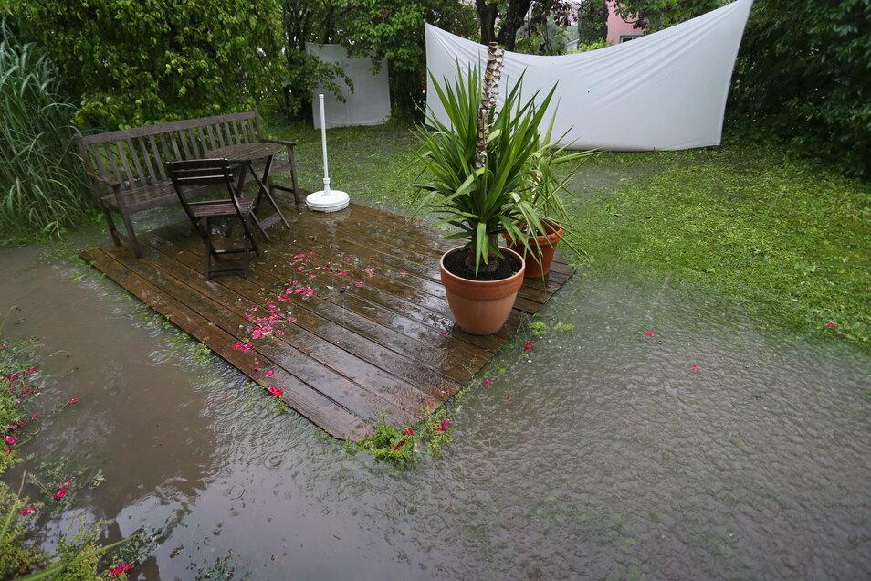 Große Regenmengen wühlen den Gartenboden auf – mit langwierigen Folgen.