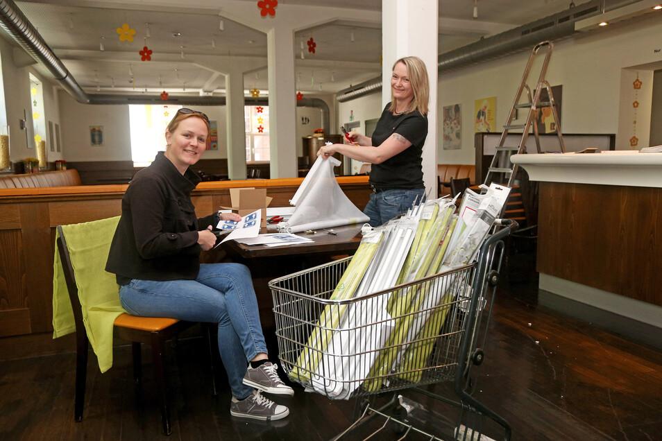 Claudia Pigurs und Ramona Ernst sind im Riesaer Restaurant Makkaroni noch mit Vorbereitungen beschäftigt. Die Gaststätte öffnet am Montag.