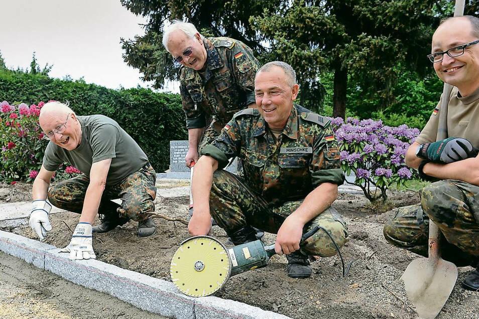 Auf dem Friedhof Kirchstraße halfen 2018 selbst Reservisten.