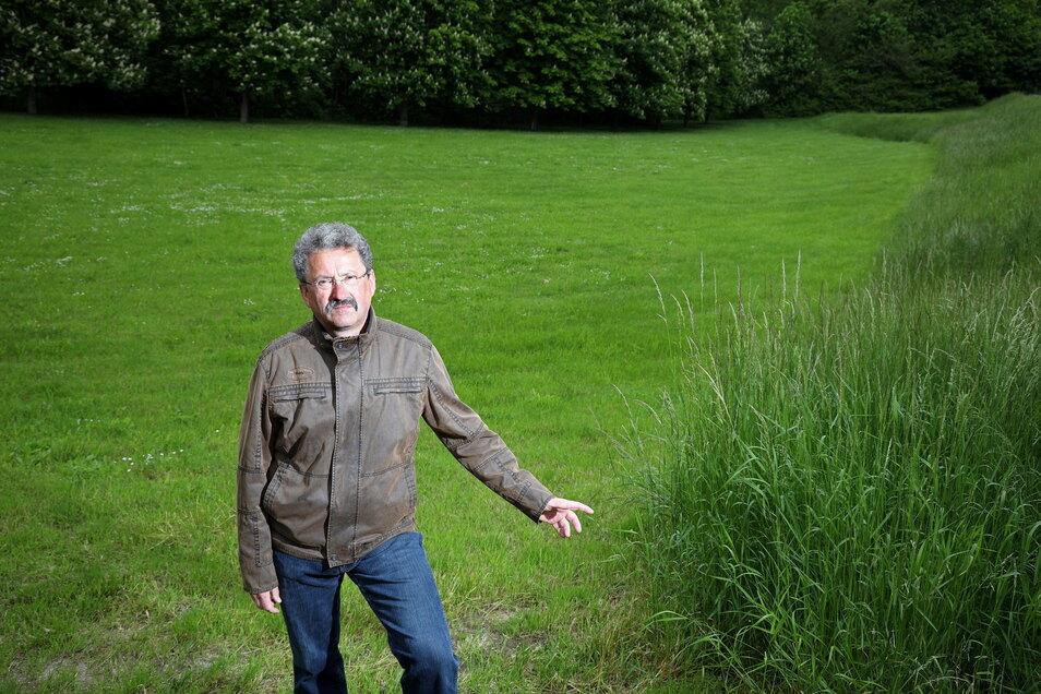 Michael Seifert ist einer der Merzdorfer, die sich über allzu gründliche Mäharbeiten der AGV an der Canitzer Straße ärgern.