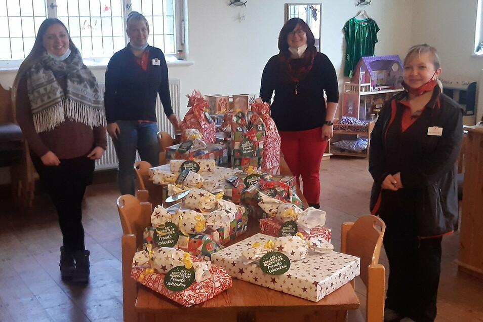 Mitarbeiterinnen von Kaufland und Diakonie-Familienzentrum bei der Übergabe der Geschenke.