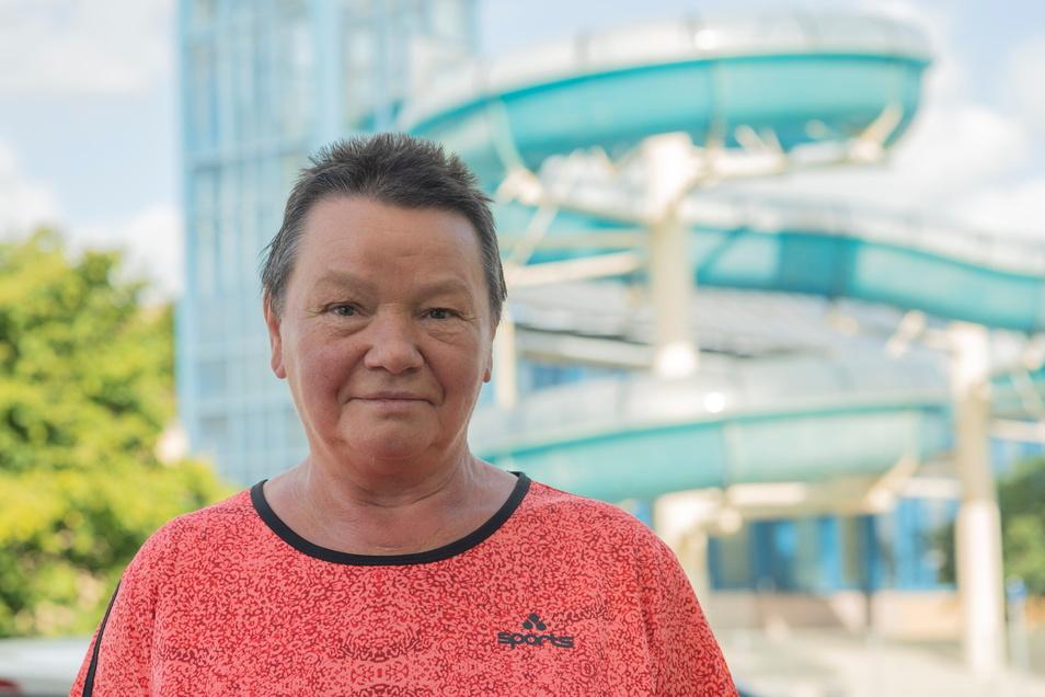 Die ehemalige Kamenzer Schwimmmeisterin Rosemarie Göbel übergab jetzt eine Petition zum Hallenbad an den Stadtrat.