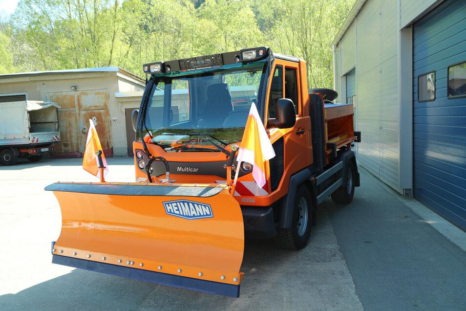 Der neue Multicar mit Schneepflug und Streuautomat.