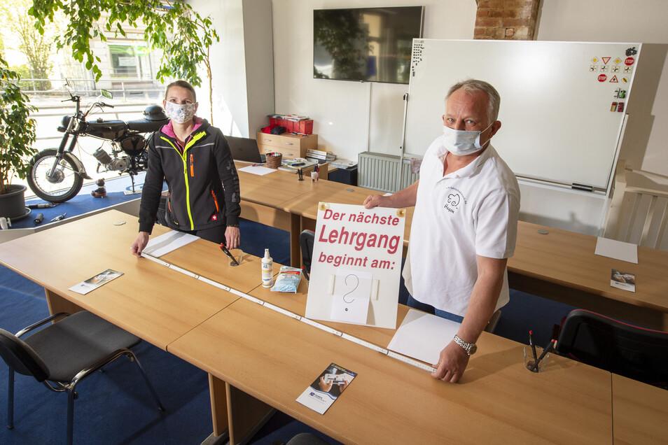 Julia Mey von der Fahrschule Mey und Hagen Korell von der gleichnamigen Fahrschule aus Pirna starten mit Mindestabstand und anderen Corona-Regeln in den Theorie-Unterricht.