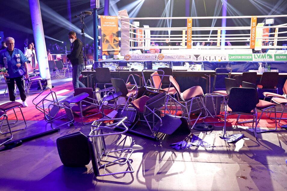 Das Ergebnis des Kampfabends: Ein Haufen Stühle und Tische sowie die Erkenntnis des Boxstall-Chefs, künftig genauer hinzusehen, wer da als Zuschauer am Ring dabei ist.