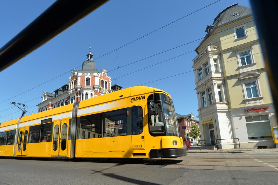 Eine Straßenbahn der Linie 4 rollt über die Meißner Straße in Höhe der Kreuzung mit Moritzburger Straße und Bahnhofstraße. Dieser Bereich steht mit auf der neuen Investitionsliste. Hier soll in den Jahren 2025 und 2026 gebaut werden.