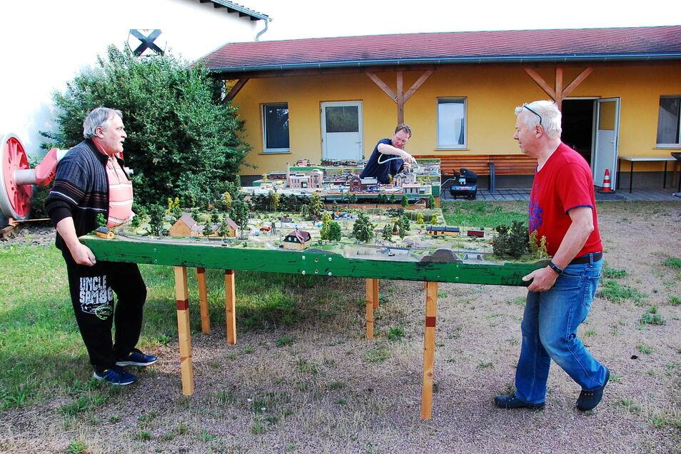 Vorbereitung für den großen Tag. Reiner Wackwitz (links) und Andreas Benicke schaffen die Module nach draußen, während sie Volkmar Prietzel (Mitte) mit Druckluft reinigt.