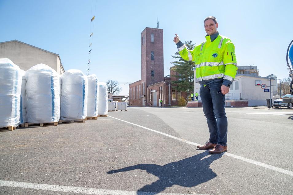Volker Altus, Chef der Celltechnik Lodenau, zeigt die neue LTE-Antenne auf dem alten Backsteinturm seines Werkes. Damit wird die Mobilfunk- und Internetversorgung im Ort verbessert