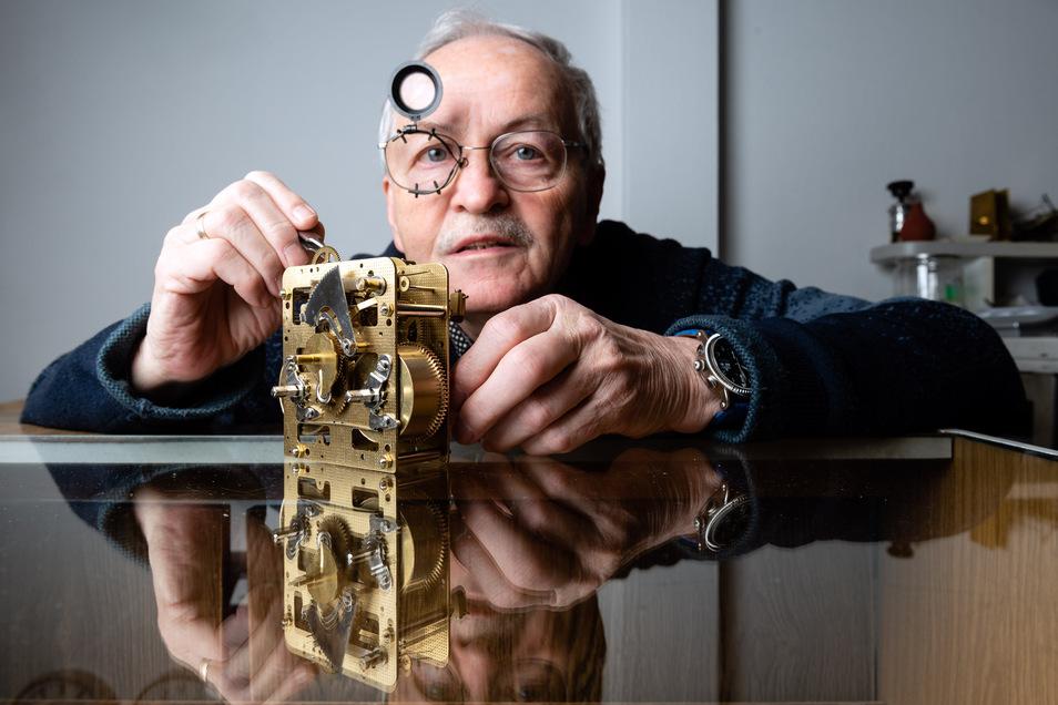 Uhrmachermeister Frieder Nitzsche ist inzwischen 72 Jahre alt. Ans Aufhören denkt er noch lange nicht.