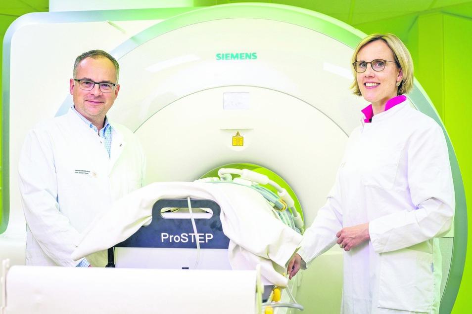 Hochmoderne Technik, wie dieses PET/MRT, steht Prof. Ralf-Thorsten Hoffmann und Prof. Esther Troost in der Bildgebungsplattform für ihre Forschung zur Verfügung.
