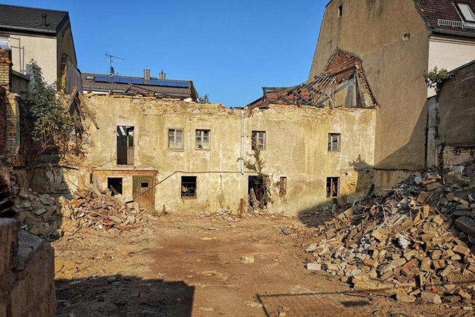 Das marode Haus bot auch von hinten einen schlimmen Anblick. Die Anwohner freut es sehr, dass es verschwunden ist. Hier soll nach und nach ein schicker Hinterhof entstehen.
