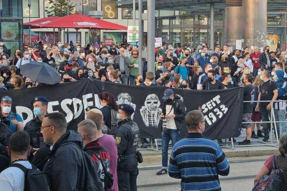 Auf dem Wiener Platz haben sich am Montagabend schätzungsweise 1.500 Menschen zum Protest gegen AfD-Rechtsaußen Björn Höcke versammelt.
