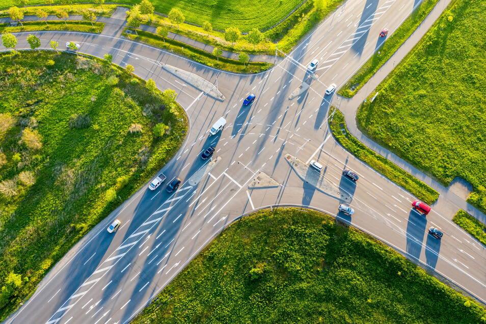 Auf bestimmten festgelegten Strecken sollen ab 2022 in Deutschland autonome Kraftfahrzeuge der Stufe vier im Regelbetrieb am öffentlichen Straßenverkehr unterwegs sein dürfen.