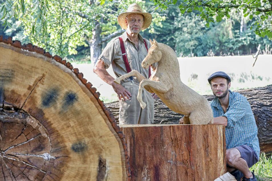 Günter und Falk Schönfelder haben einst bei den Ritterspielen mitgewirkt. Nun sammeln sie Spenden, für ein großes Denkmal.