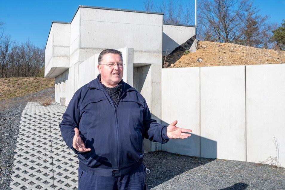 Sprengmeister Holger Klemig steht vorm Zündbunker auf dem Sprengplatz-Gelände.