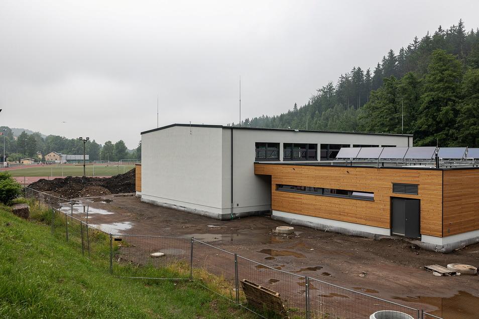 Die Außenanlagen fehlen noch, aber sonst ist die neue Turnhalle in Schmiedeberg so gut wie fertig.