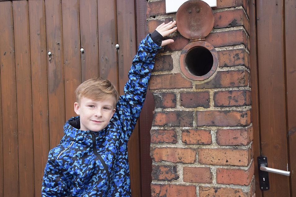 Julius hat am Eingang zu einem Grundstück eine in den Torpfosten eingelassene alte Zeitungsbox entdeckt.