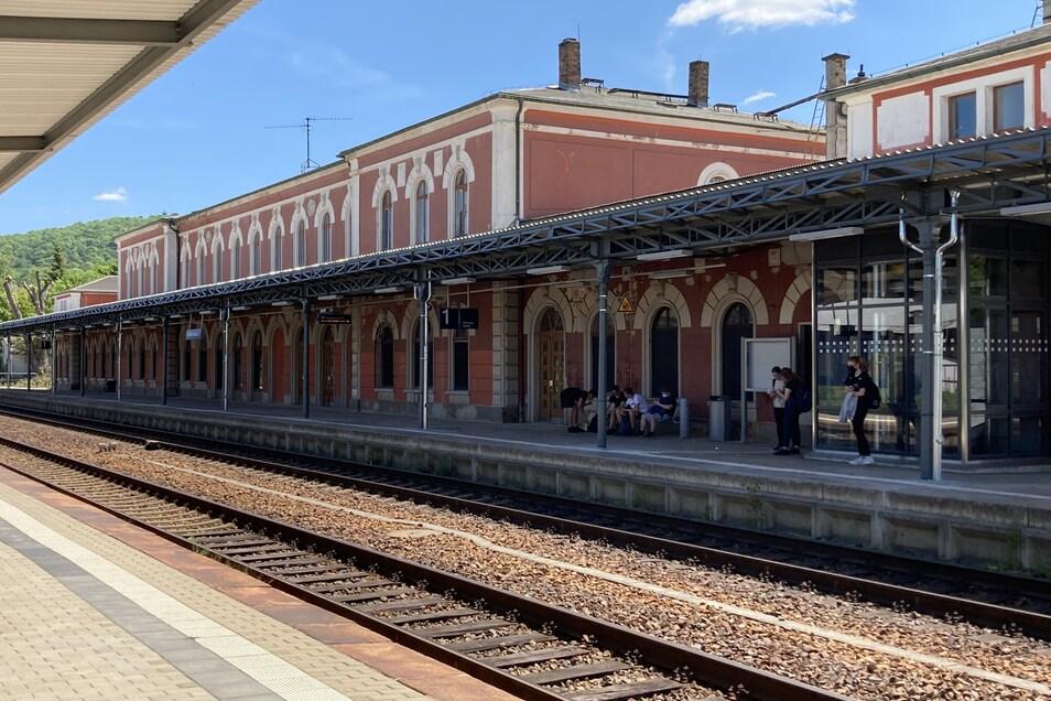 Das Bahnsteigdach am Löbauer Bahnhof ist jetzt komplett nach historischem Vorbild saniert.