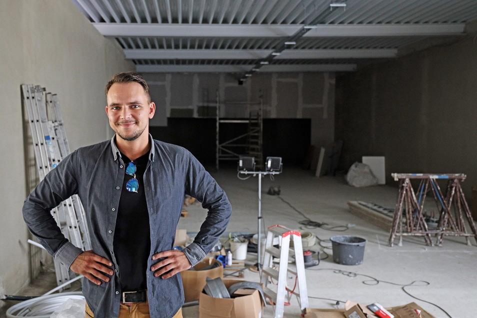 Hier sollen bald die Kugeln rollen: Marcel Voss in der Bowlinghalle. Wo jetzt noch Baulampen, Eimer und Leitern stehen, soll bald die modernste Bowlinganlage der Gegend installiert werden.