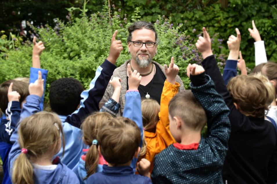 """Felix Neumann arbeitet als Erzieher in der Kita Pünktchen in Dresden-Johannstadt. Wenn er 18 Kinder in einer Gruppe betreut, bleibt nicht viel Zeit, individuell auf die Kleinen einzugehen. """"Das muss sich ändern."""""""
