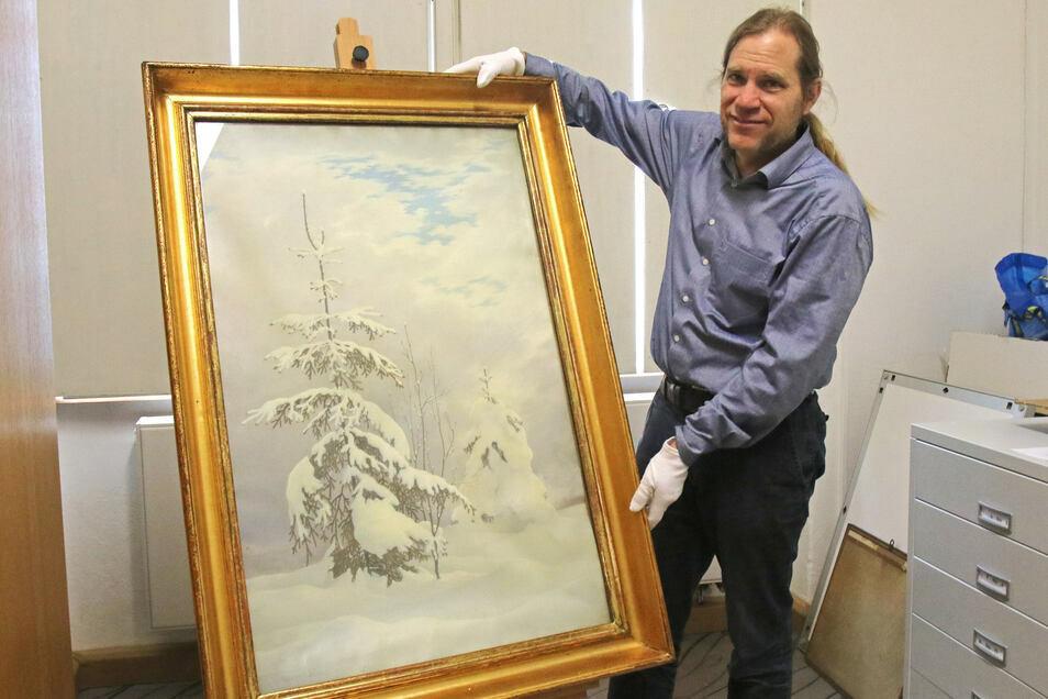 Peter Knüvener, Leiter der Städtischen Museen Zittau, zeigt das Gemälde des Lückendorfer Malers.