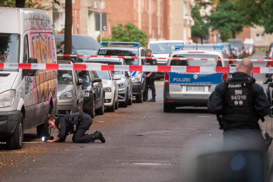 Polizisten suchen in der Hildegardstraße im Osten von Leipzig nach einer Auseinandersetzung nach Spuren.