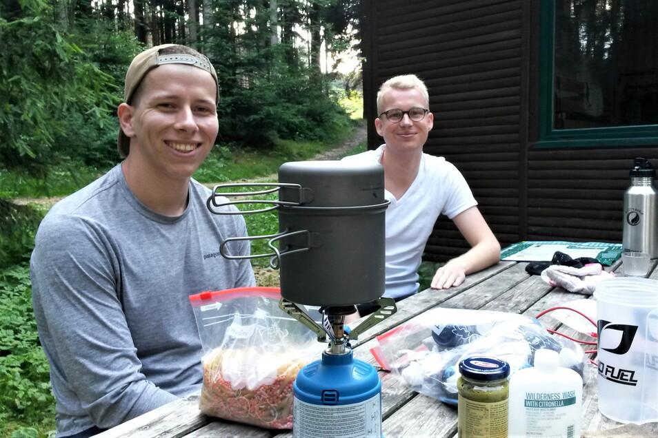 """""""Auf das Wesentliche konzentrieren."""" Lukas Gockel (l.) und Manuel Berendes beim Zubereiten ihres Abendbrots am Rotstein."""